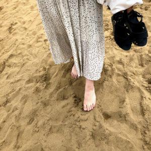 裸足で歩く