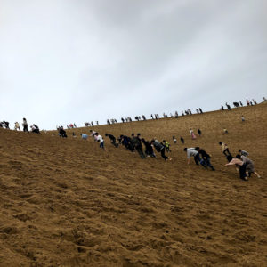 砂丘を登る人