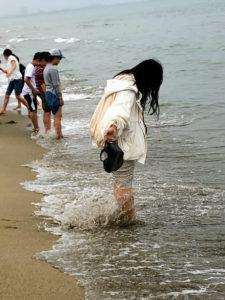 波を楽しむ娘